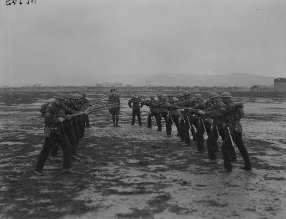 Bayonet champions at Shorncliffe in Britain, Oct. 1917 (LAC M#3404541).